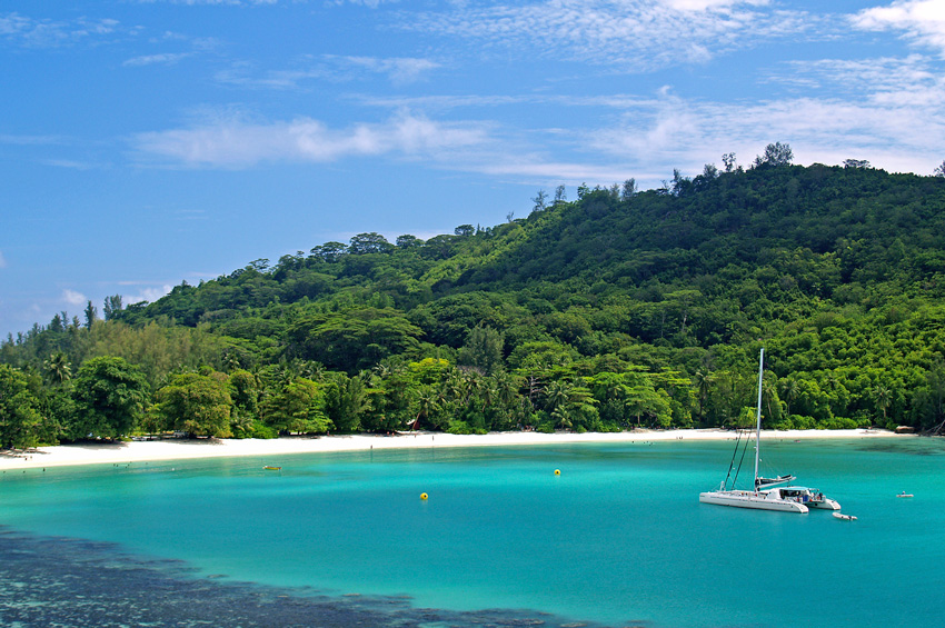 baie et mer turquoise aux Seychelles