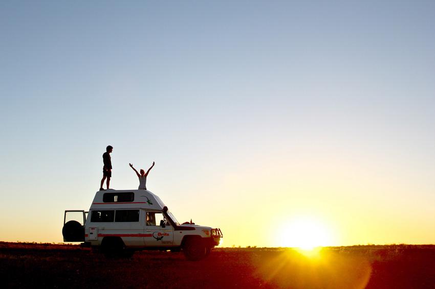 Voiture sur la route de l'Explorer's Way au coucher du soleil